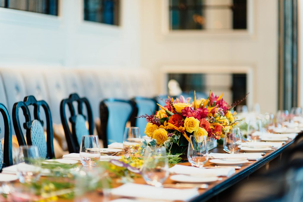Kolmen ruokalajin pöytiin tarjoiltu illallinen 100hlö juhliin